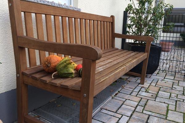 Gartenbank im Herbst - Gartenmöbel jetzt winterfest machen