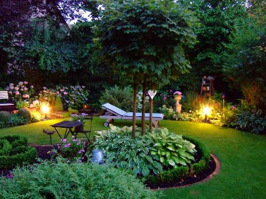 Ein Garten in der Abenddämmerung